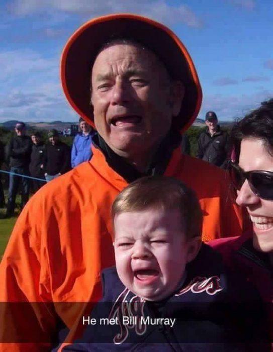 hombre y niño rubio llorando