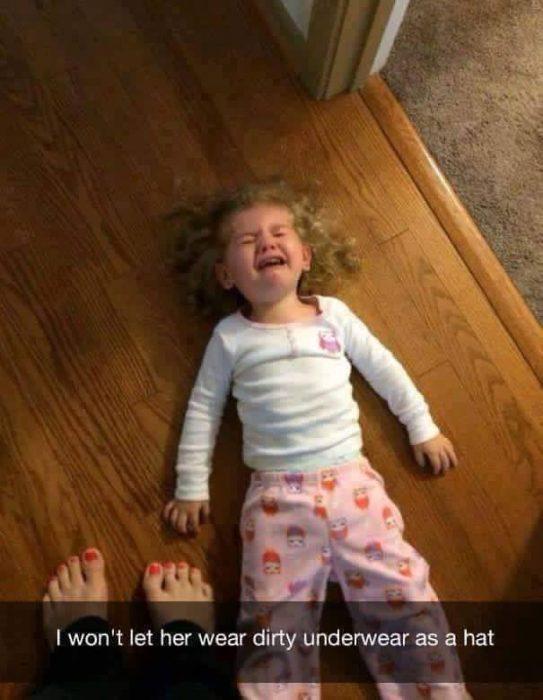 niña llorando en el suelo