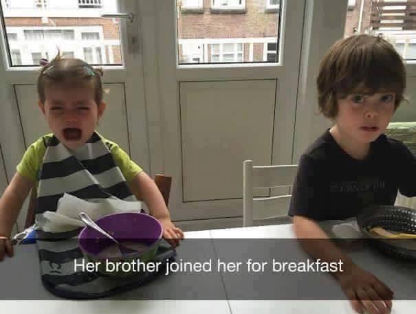 niño llorando en la mesa