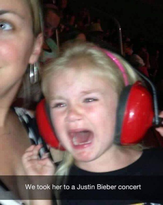 niña rubia llorando con audifonos