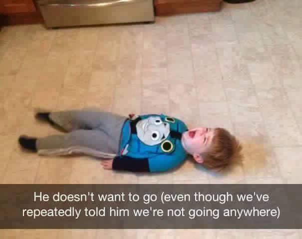 niño rubio llorando en el suelo