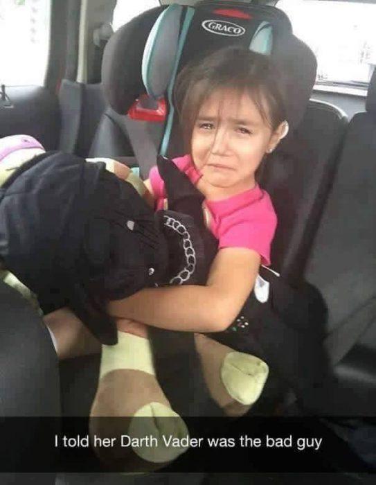 niña llorando en el coche