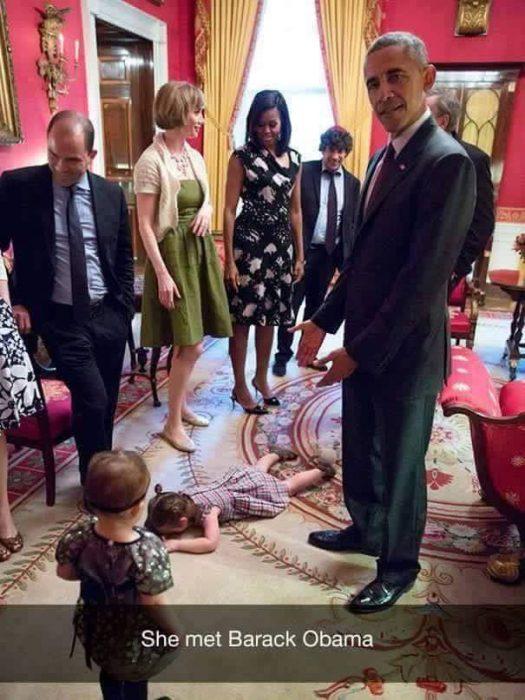 niña llorando en el suelo y adultos de pie