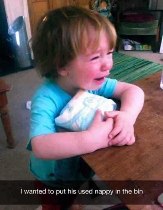 niña rubia con playera azul llorando