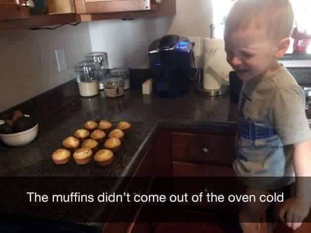 niño rubio llorando en cocina