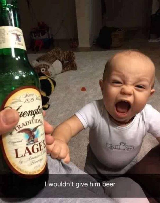 niño rubio llorando y cerveza