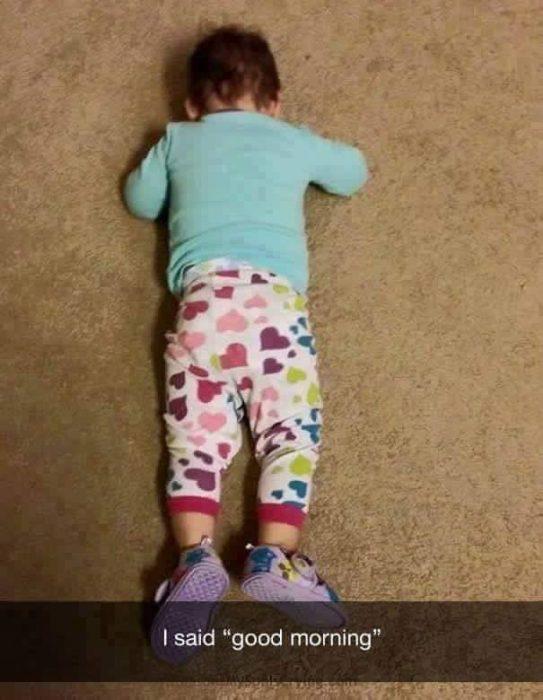 niño acostado en el suelo llorando