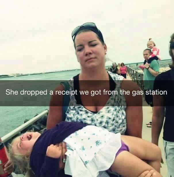 mujer cargando a niña llorando