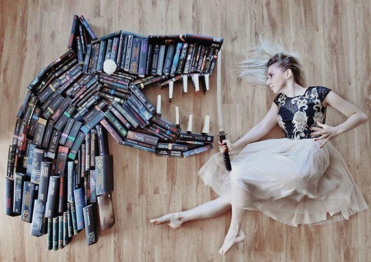 Chica Recrea escenas literarias con libros