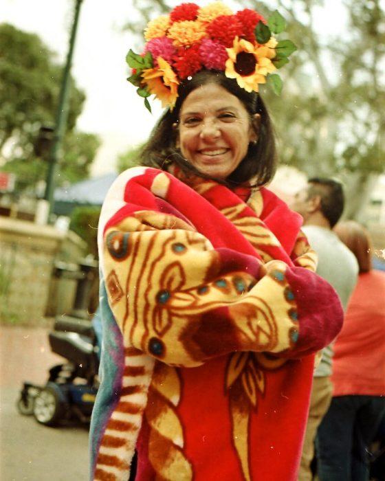 Mujer usando un abrigo de sarape san marcos
