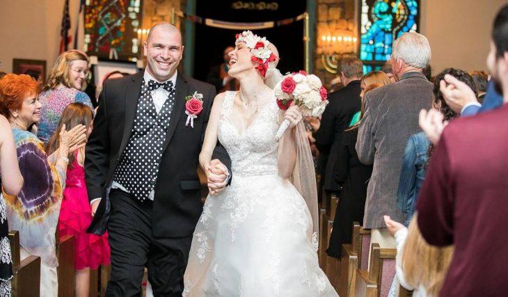 Pareja de recién casados caminan felices al altar