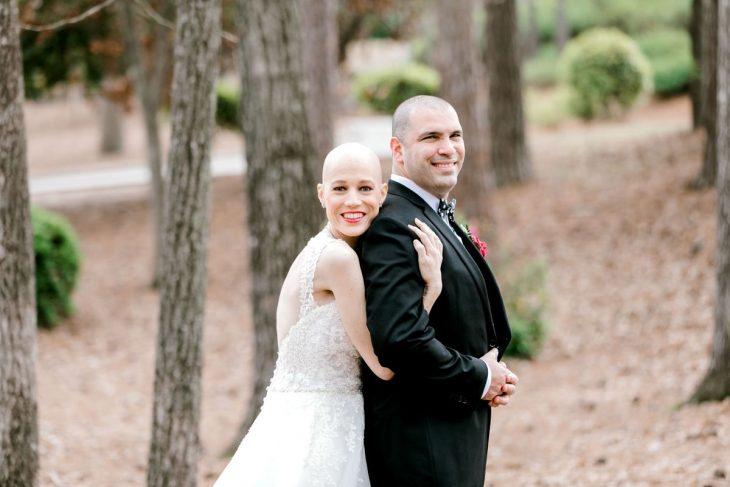 Esposa abraza por la espalda a su esposo en si sesión de fotos