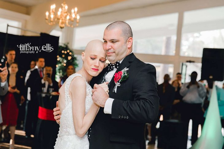 Pareja de recién casados emotivos bailando el bals