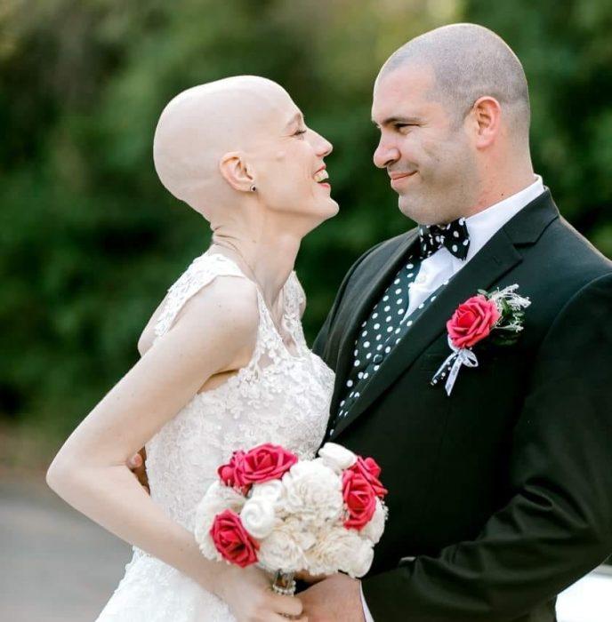 Pareja de recién casados sonriendo