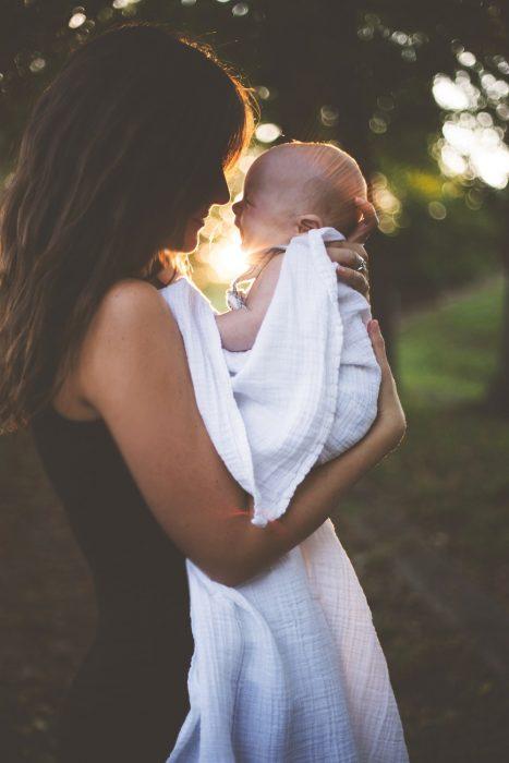 mamá cargando a su bebé en brazos