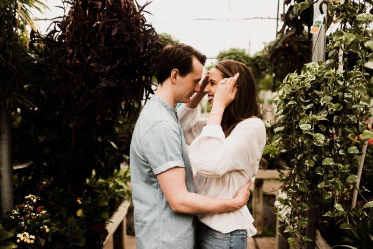 Relación conflictiva con la suegra; pareja de enamorados abrazándose y sonriendo