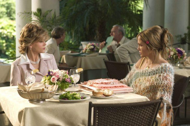 Suegra y nuera comiendo en un restaurante