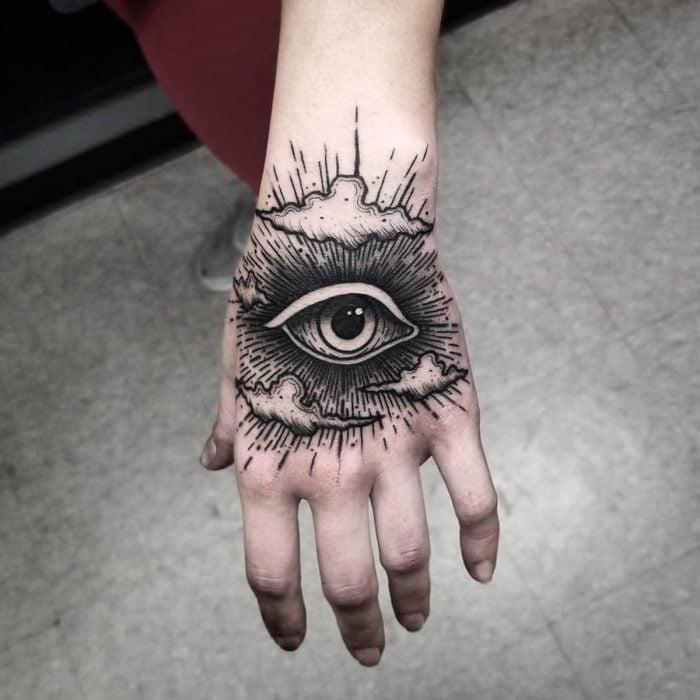 Tatuaje de ojo en la mano