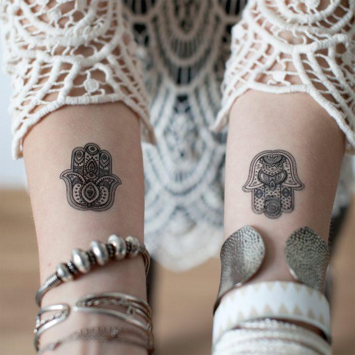 Tatuajes de la mano de Fátima en los brazos