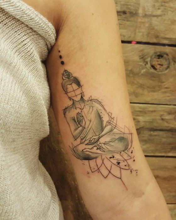 Tatuaje de buda en el brazo
