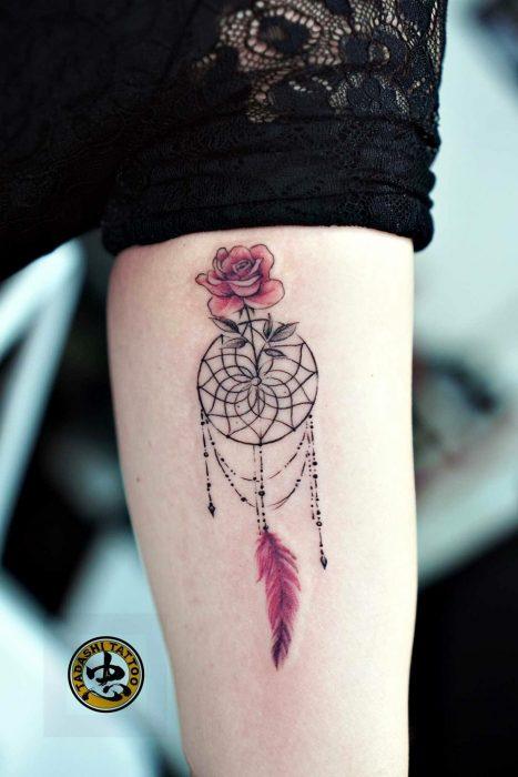 Tatuaje de atrapa sueños en el brazo