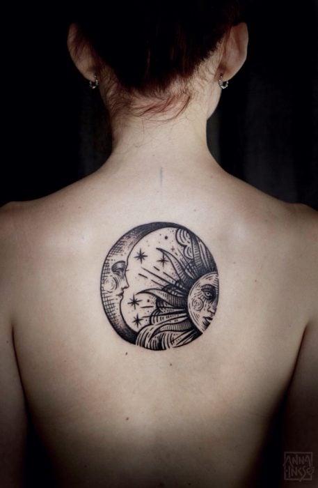 Tatuaje del sol y la luna en la espalda