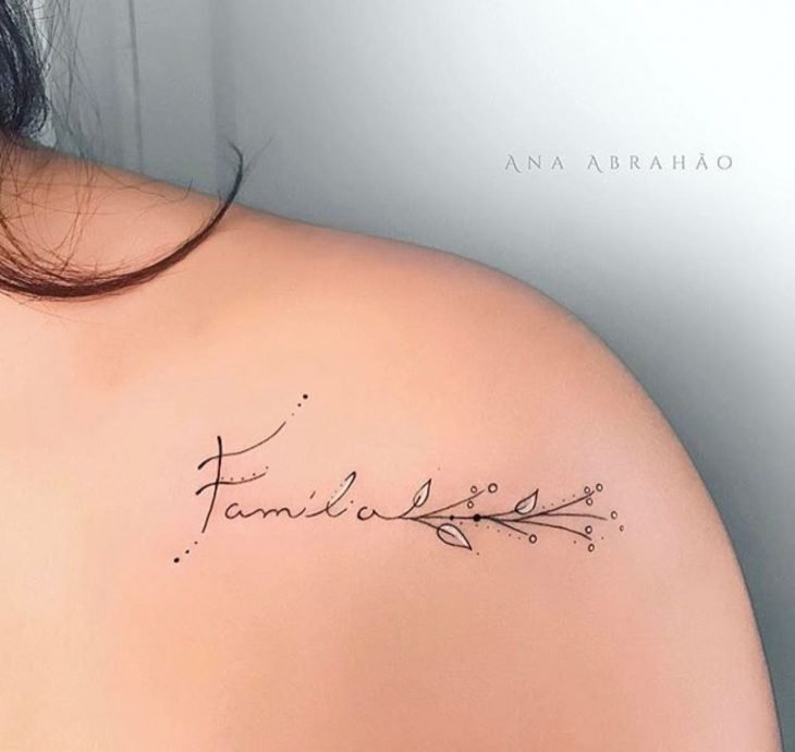 "Tatuaje con la palabra ""familia"""