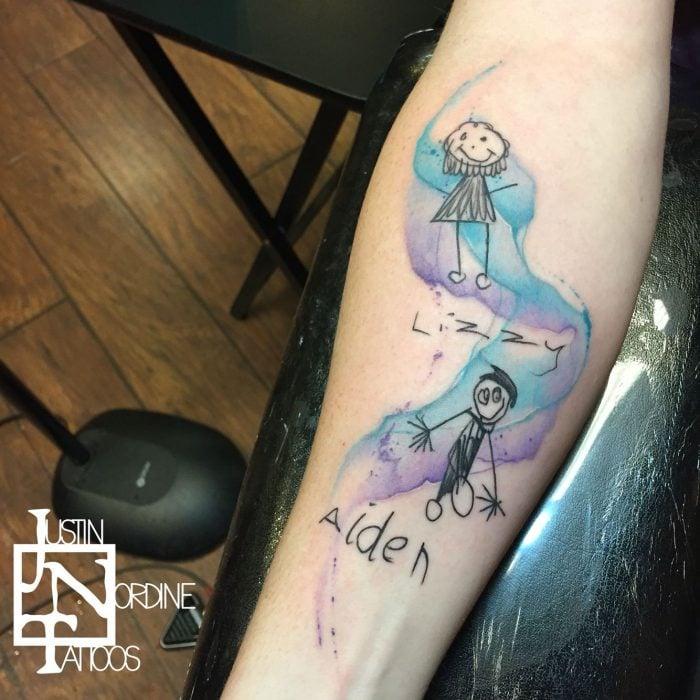 Dibujo de niño tatuado en un brazo