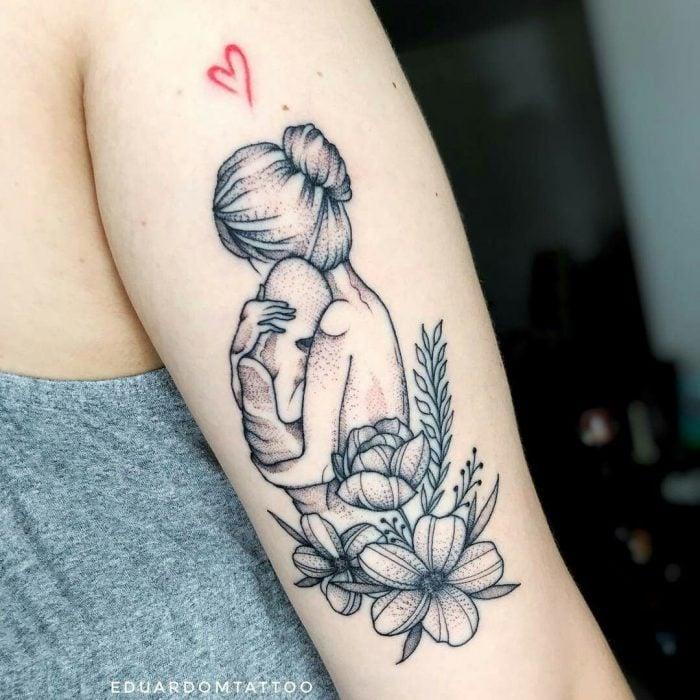 Tatuaje de madre abrazando a su bebé