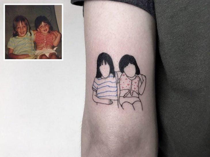 Tatuaje minimalista de foto familiar