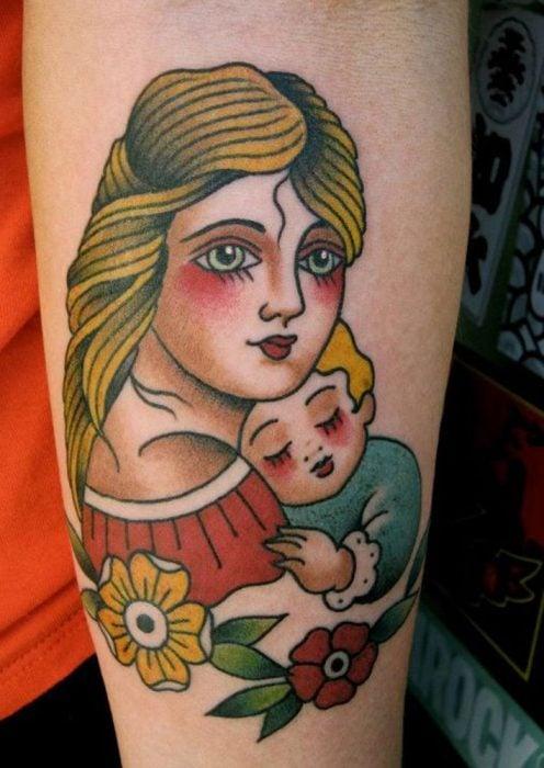 Tatuaje old school de mamá cargando a su hijo