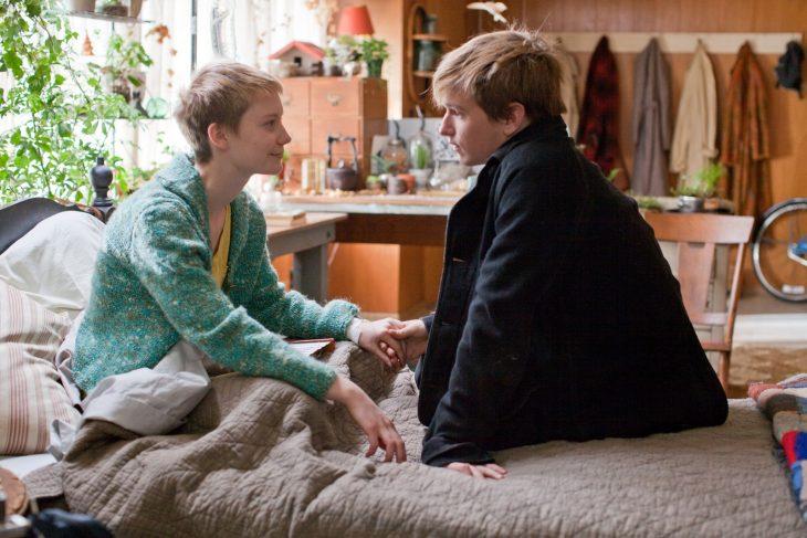 Chicos enamorados agarrados de la mano