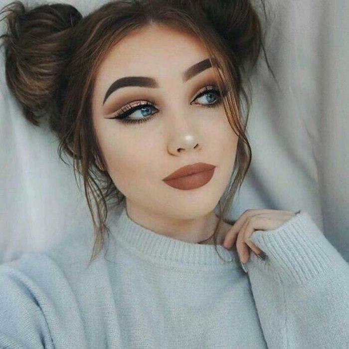 Chica con los labios sin curva definida