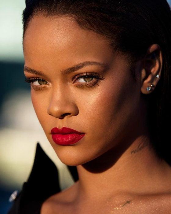 Rihanna mostrando su curva de labios definida