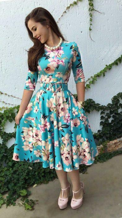 Chica con vestido azul de flores