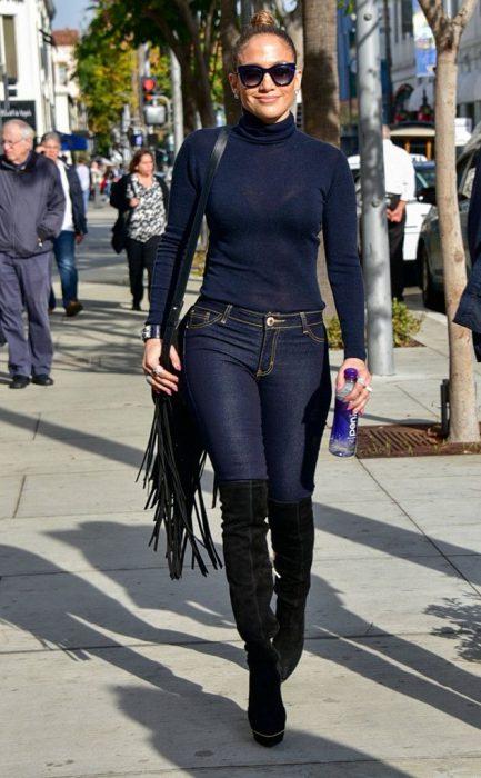 Chica de lentes caminando por la calle