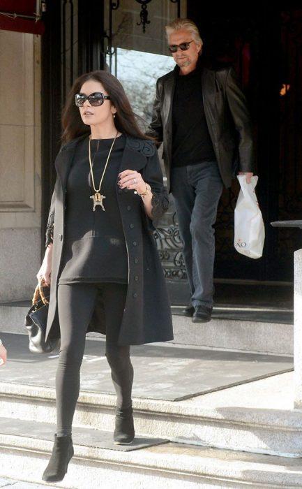 Mujer caminando en la calle