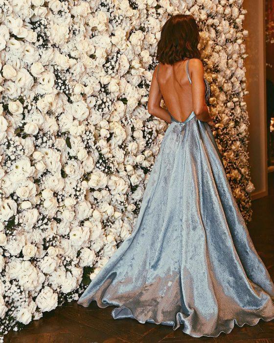 mujer de cabello negro y vestido azul cielo