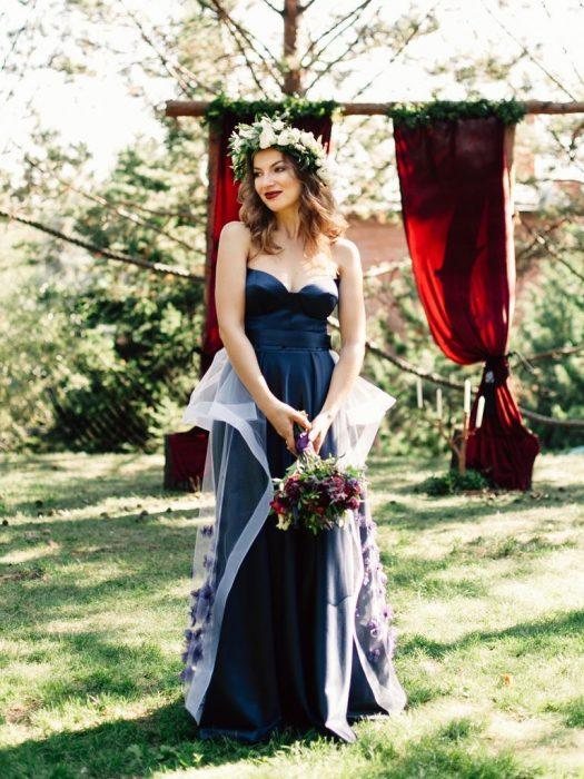 mujer rubia con vestido azul