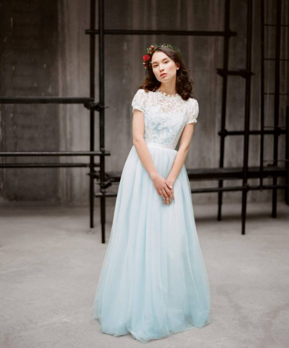 mujer cabello castaño vestido azul cielo