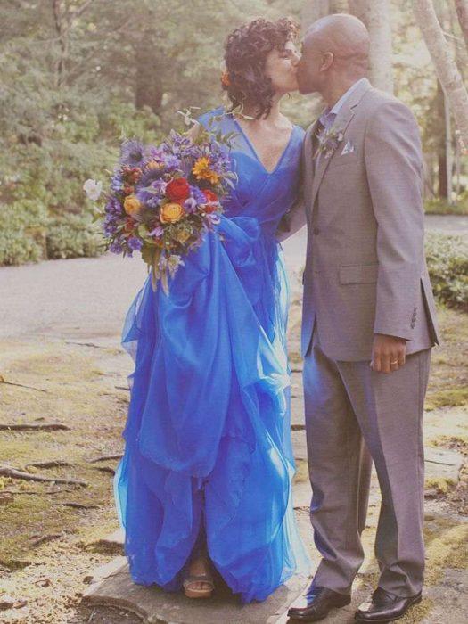 mujer cabello negro vestido azul rey
