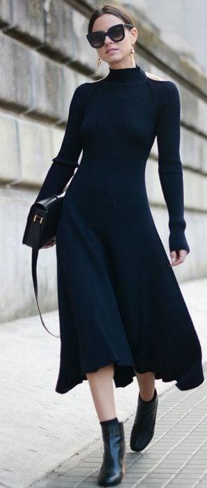 Chica caminando con vestido largo y negro para el frío
