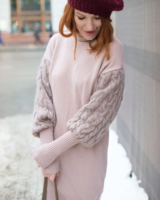 Chica con vestido rosa tejido para el frío