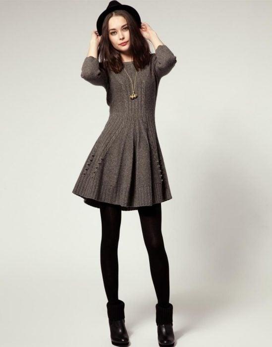 Chica usando un vestido gris para el invierno