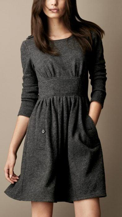 Vestido gris de invierno con bolsas a los costados