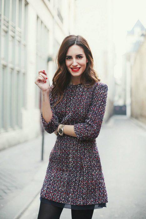 Chica sonriendo con vestido tejido para el invierno