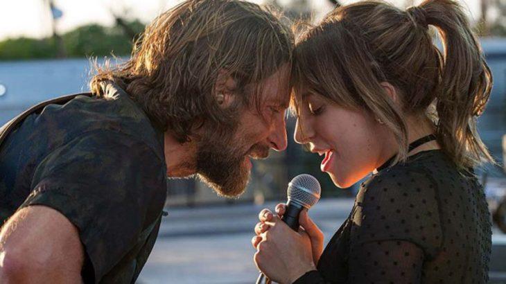 hombre y mujer cantando con microfono