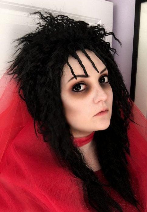 mujer con maquillaje de lydia deetz