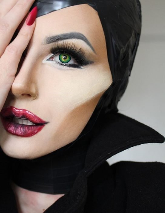 mujer con maquillaje de malefica
