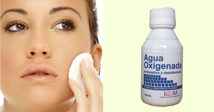 mujer con agua oxigenada y toalla en el rostro
